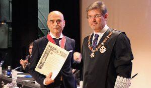 Alejandro Pintó Sala recibe la condecoración de la mano de Rafael Catalá, ministro de Justicia en funciones