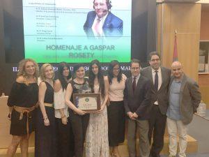 Foto de familia. La junta de la AMDD con la familia de Gaspar Rosety