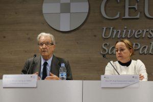 El presidente de honor de J&A Garrigues, Antonio Garrigues Walker, y la decana de la Facultad de Derecho de la Universidad CEU San Pablo, Ana Belén Campuzano