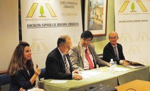 La abogada Urbanista María de los Reyes Rueda Serrano ( izda) y el Presidente de la Asociación de Urbanistas José María García Gutiérrez (centro)
