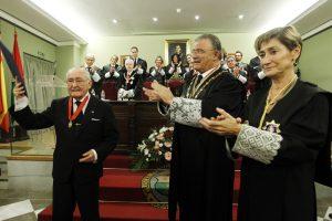 José Navarro Márquez, Medalla al Mérito al Servicio de la Abogacía, el decano del Colegio de Abogados de Granada, Eduardo Torres, y la presidenta del Consejo General de la Abogacía Española, Victoria Ortega.