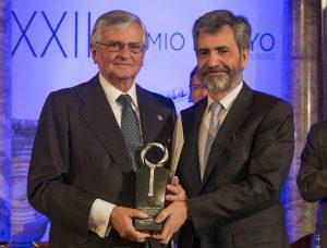 El Presidente del Consejo General del Poder Judicial, Carlos Lesmes entrega el premio a Eduardo Torres-Dulce