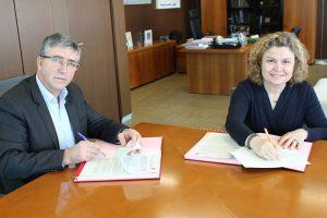 El conseller de Economía Sostenible, Rafael Climent, en la firma del convenio con la decana autonómica de los Registradores de la Propiedad, Mª Emilia Adán