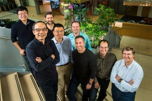 Microsoft researchers from the Speech & Dialogue research group include, from back left, Wayne Xiong, Geoffrey Zweig, Xuedong Huang, Dong Yu, Frank Seide, Mike Seltzer, Jasha Droppo and Andreas Stolcke. (Photo by Dan DeLong) Foto de la Web de Micrtosoft