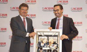 El presidente de la Mutualidad, Enrique Sanz Fernández-Lomana recoge el premio de manos del ministro de Justicia, Rafael Catalá