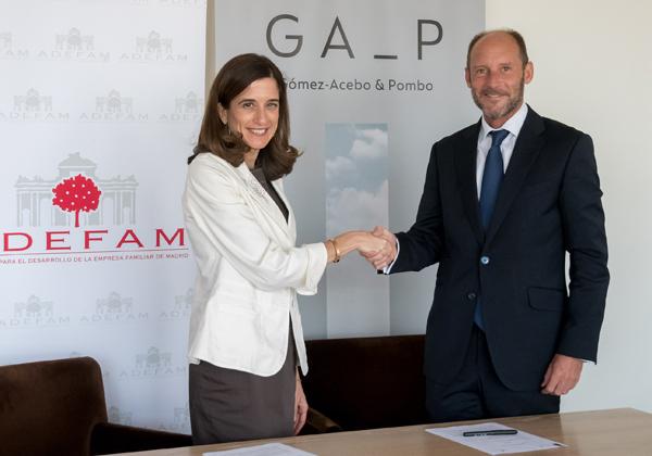 la presidenta de ADEFAM, Inés Juste, y el socio director de Gómez Acebo & Pombo, Carlos Rueda