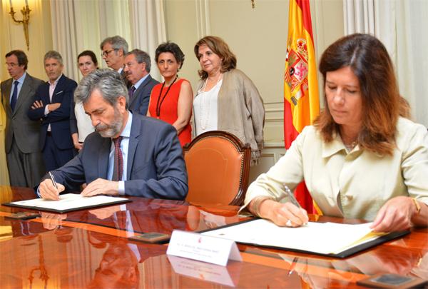 El presidente del Tribunal Supremo y del Consejo General del Poder Judicial, Carlos Lesmes, y la directora de la Agencia Española de Protección de Datos, Mar España