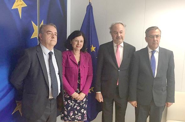 Luis Ortega, vicetesorero del CGPE, Verá Jourová, Juan Carlos Estévez presidente del CGPE, y Javier Sánchez García, vicepresidente del CGPE