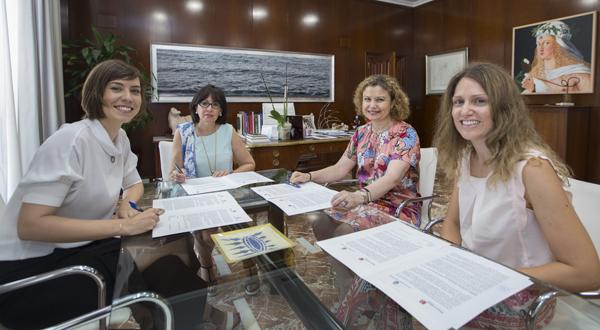 Diana Morant, alcaldesa de Gandia, y Mª Emilia Adán, decana autonómica del Colegio de Registradores de la Propiedad y Mercantiles en la Comunidad Valenciana, durante la firma del convenio, junto a las registradoras Mª Elena Domínguez Prieto y Margarita Aranda Mínguez