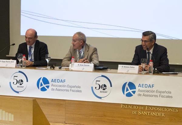 Diego Martín-Abril, Inspector de Hacienda en excedencia; Jesús Gascón, Inspector de Hacienda e Inspector de los Servicios de la AEAT y Antonio Relea, Delegado Territorial de la AEDAF en Cantabria.