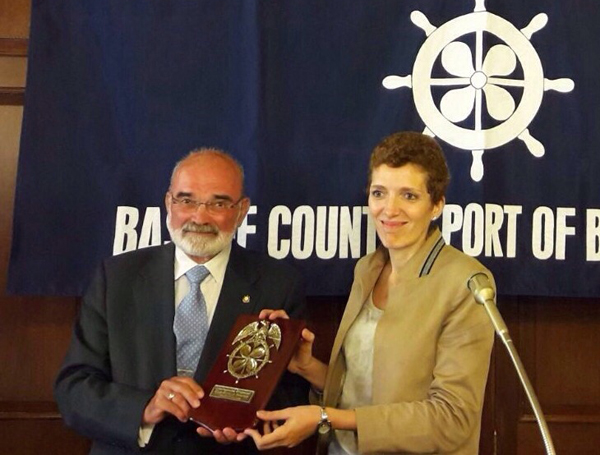 Olga Rivas recibiendo una placa conmemorativa por parte del International Propeller Club del País Vasco