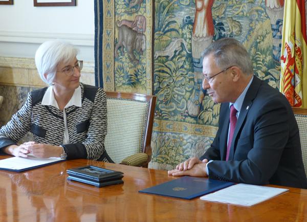 La Fiscal General del Estado, María José Segarra, y el presidente de Cruz Roja, Javier Senent