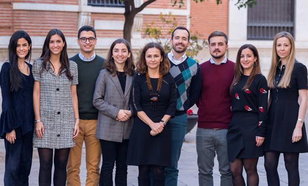 Begoña Longás (en el centro), con los ocho nuevos registradores, cinco de los cuales son mujeres.