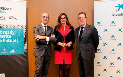 El presidente ejecutivo de Cuatrecasas, Rafael Fontana, el presidente de MicroBank, Antonio Vila, y la directora territorial de CaixaBank en Barcelona, María Alsina