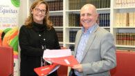 Almudena Castro-Girona, directora de Aequitas, y José Luis Aedo, presidente de la Confederación Española de Familias de Personas Sordas (FIAPAS), tras firmar el convenio