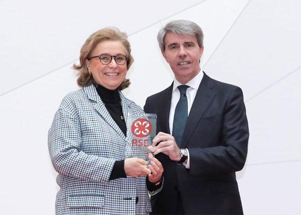 Lourdes Ramos, directora de Recursos Humanos de Garrigues, junto a Ángel Garrido, presidente de la Comunidad de Madrid