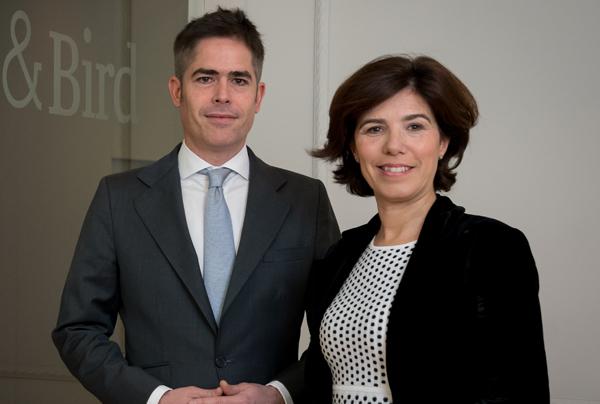Santiago Lardiés, responsable del área de Private Equity en España, y Lourdes Ayala, socia de Corporate y M&A de Bird & Bird